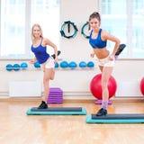 Le donne fanno l'allungamento dell'esercitazione Fotografia Stock