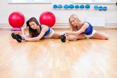 Le donne fanno l'allungamento dell'esercitazione Immagini Stock