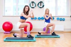 Le donne fanno l'allungamento dell'esercizio Immagini Stock