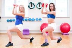 Le donne fanno l'allungamento dell'esercizio Immagine Stock