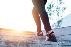 Le donne fanno un passo in avanti a successo, giovani donne di affari sta facendo un passo in avanti sulla scala Fotografia Stock