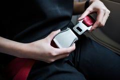 Le donne fissano la cintura di sicurezza fotografia stock
