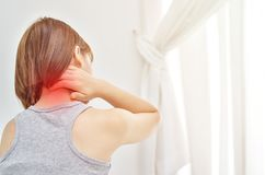 Le donne hanno preso le loro mani al collo Ha dolore nel suo collo immagini stock libere da diritti