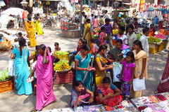 Le donne indù si sono vestite in sari variopinti nel mercato di strada indiano Fotografia Stock