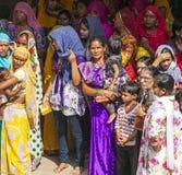 Le donne indiane fanno la coda su per l'entrata al festival annuale di Navrata Fotografia Stock