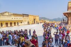 Le donne indiane fanno la coda su per l'entrata al festival annuale di Navrata Fotografie Stock Libere da Diritti