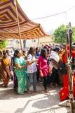 Le donne indiane fanno la coda su per l'entrata al festival annuale di Navrata Fotografia Stock Libera da Diritti