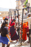 Le donne indiane fanno la coda su per l'entrata al festival annuale di Navrata Fotografie Stock