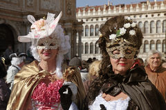Le donne nel carnevale veneziano costume la posa al quadrato di San Marco, C Immagine Stock Libera da Diritti