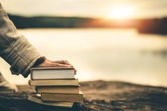 Le donne nell'inverno si siedono hanno letto il libro favorito nella festa fotografia stock