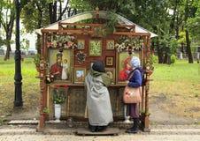 Le donne ortodosse pregano prima delle icone nel parco fotografie stock libere da diritti