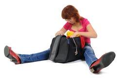 Le donne osserva nel suo sacchetto Fotografia Stock Libera da Diritti