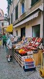 Le donne più anziane comprano le verdure e la frutta in Italia immagini stock