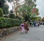 Le donne portano il kimono giapponese sulla via immagini stock libere da diritti