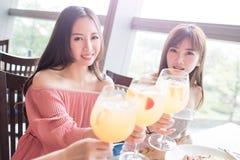 Le donne pranzano in ristorante Fotografia Stock Libera da Diritti