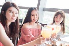 Le donne pranzano in ristorante Immagine Stock