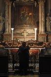 Le donne pregano all'altare di vergine Maria Fotografia Stock Libera da Diritti