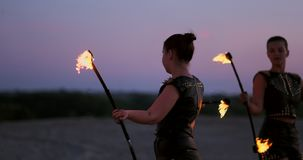 Le donne professionali dei ballerini fanno una manifestazione del fuoco e una prestazione pirotecnica al festival con le torce sc video d archivio