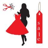Le donne provano sopra i vestiti che sono sulla vendita Fotografie Stock