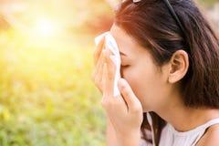 Le donne puliscono il sudore sul suo fronte per il fronte pulito della pelle immagine stock libera da diritti