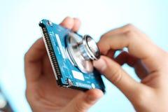 Le donne realizza l'auscultazione dei taccuini HDD immagini stock