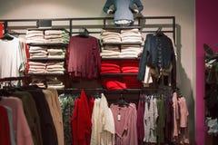 Le donne riscaldano i vestiti Fotografia Stock