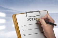 Le donne scrivono per fare la lista nel 2017 Fotografia Stock Libera da Diritti