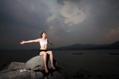Le donne si distendono sulla roccia Fotografia Stock Libera da Diritti