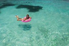 Le donne si rilassano nel galleggiamento fotografie stock libere da diritti