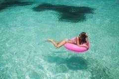 Le donne si rilassano nel galleggiamento immagini stock libere da diritti