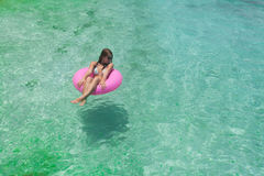 Le donne si rilassano nel galleggiamento immagine stock