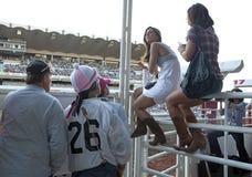 Le donne si sono sedute su un recinto, fuga precipitosa di Calgary Immagini Stock