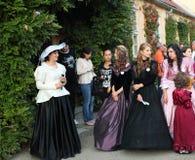 Le donne si sono vestite in uno stile barrocco Immagini Stock