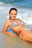 Le donne si trova sulla spiaggia del mare Fotografie Stock Libere da Diritti