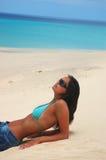 Le donne si trovano sulla spiaggia Fotografia Stock