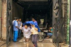 Le donne sono andato alla mensa nella pioggia fotografia stock libera da diritti