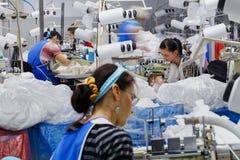 Le donne sono impegnate nell'adattamento delle calzamaglia immagine stock libera da diritti