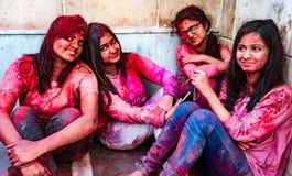 Le donne sorridono mentre coperte in pittura durante il festival di Holi in India immagini stock