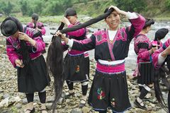 Le donne spazzolano e disegnano i capelli in Longji, Cina Immagine Stock