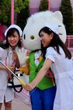 Le donne sta indossando il panno dell'infermiere nello studio universale Giappone del partito di Halloween Fotografia Stock
