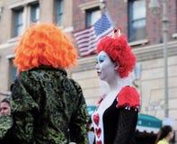 Le donne sta indossando un panno di film a Halloween Immagine Stock