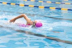 le donne sta nuotando nello stagno Fotografia Stock