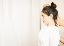 Le donne sta ottenendo l'allungamento tailandese di massaggio della spalla Fotografia Stock