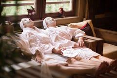 Le donne sta ottenendo la maschera facciale dell'argilla alla stazione termale Fotografie Stock Libere da Diritti