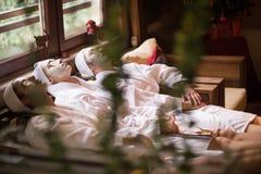 Le donne sta ottenendo la maschera facciale dell'argilla alla stazione termale Fotografia Stock