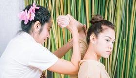 Le donne sta ottenendo la posizione di massaggio del braccio in stazione termale tailandese Immagini Stock Libere da Diritti