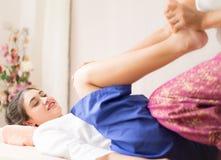 Le donne sta ottenendo tailandesi massaggiando l'allungamento della gamba Immagini Stock
