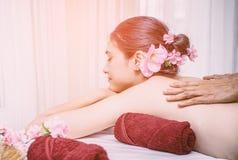 Le donne sta rilassandosi con la stazione termale di massaggio Fotografie Stock