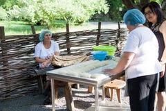 Le donne stanno cocendo il puri di Shotis nella Georgia Fotografia Stock Libera da Diritti