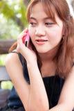 Le donne stanno parlando del telefono. Immagine Stock